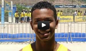 """Crianças e adolescentes jogam vôlei na """"praia"""" montada na Cidade Administrativa"""