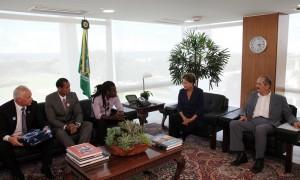 Jogador Tinga e árbitro Marcio Chagas conversam com Dilma sobre racismo.