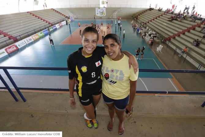 Natural de Pernambuco e atualmente morando em Uberlândia, Nayra Cabral recebe visita surpresa da mãe antes de entrar em quadra