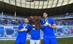 Cruzeiro homenageia campeões olímpicos Evandro e Willian