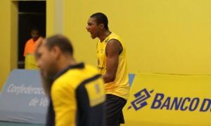 """Erick Gustavo supera lesão para seguir no vôlei e manda conselho: """"Quem se dedica colhe bons frutos"""""""