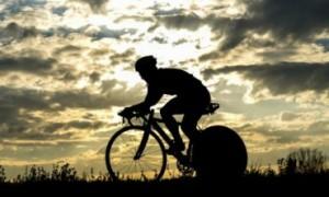 Sente dor nas costas ao pedalar? Saiba como previnir e tratar