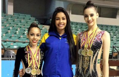 Maria Clara Figueiredo e Eduarda Braga acompanhadas da treinadora Gisele Fraga/ Divulgação Espaço Cultural GRM