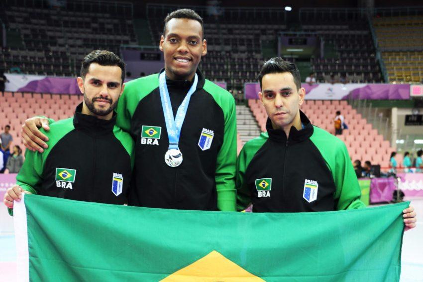 Maicon Andrade e os técnicos Reginaldo dos Santos e Clayton dos Santos. Foto: CBDU/Fellipe Chargel/Be Nice Films