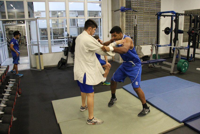 Em meio ao equipamentos da academia, Luciano também mescla exercícios específicos de Judô. Crédito: Felippe Drummond