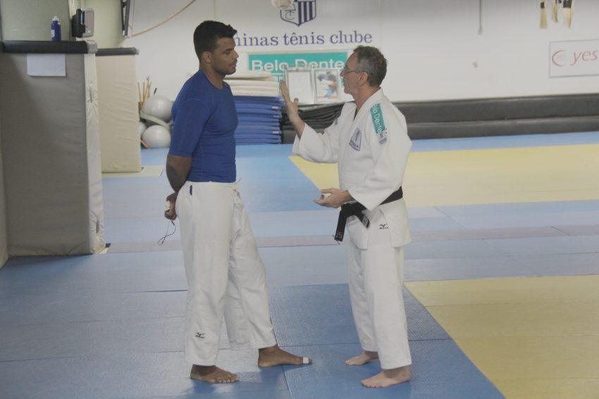 Sensei Floriano passa algumas instruções ao judoca antes do treino da tarde. Foto: Felippe Drummond