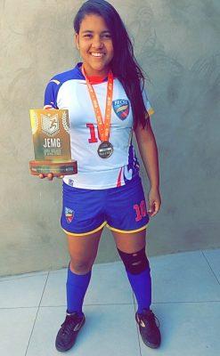 Premiada na etapa regional dos Jogos Escolares de Minas Gerais 2016, Ana Maria é uma das jovens representantes femininas no futsal/ Foto: acervo pessoal