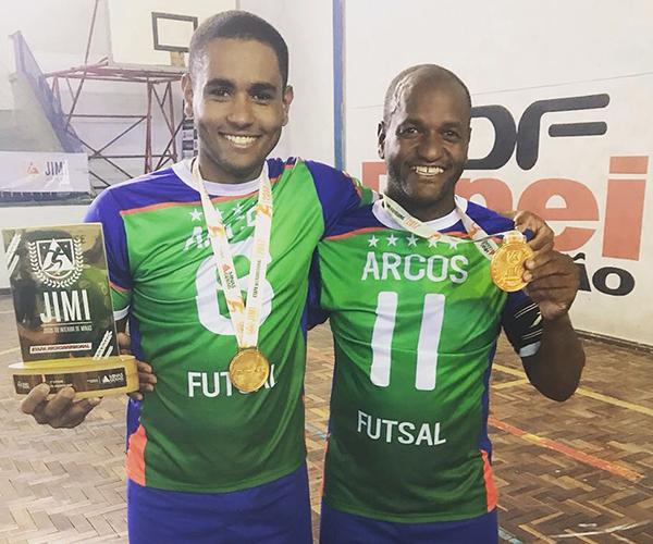 Campeões da Microrregional, pai e filho, que jogam juntos no time de Arcos, confiam na conquista de uma vaga na Etapa Estadual. (Arquivo Pessoal/Divulgação)