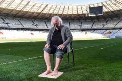 Tostão, maior jogador da história do Cruzeiro, marcando seus pés na Calçada da Fama do Mineirão - Foto: Divulgação Mineirão