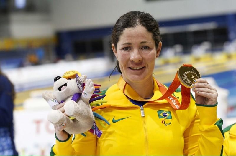 Raquel Viel com a medalha de ouro dos 100m costas S12 do Parapan de Toronto 2015 (Foto: Washington Alves/MPIX/CPB)
