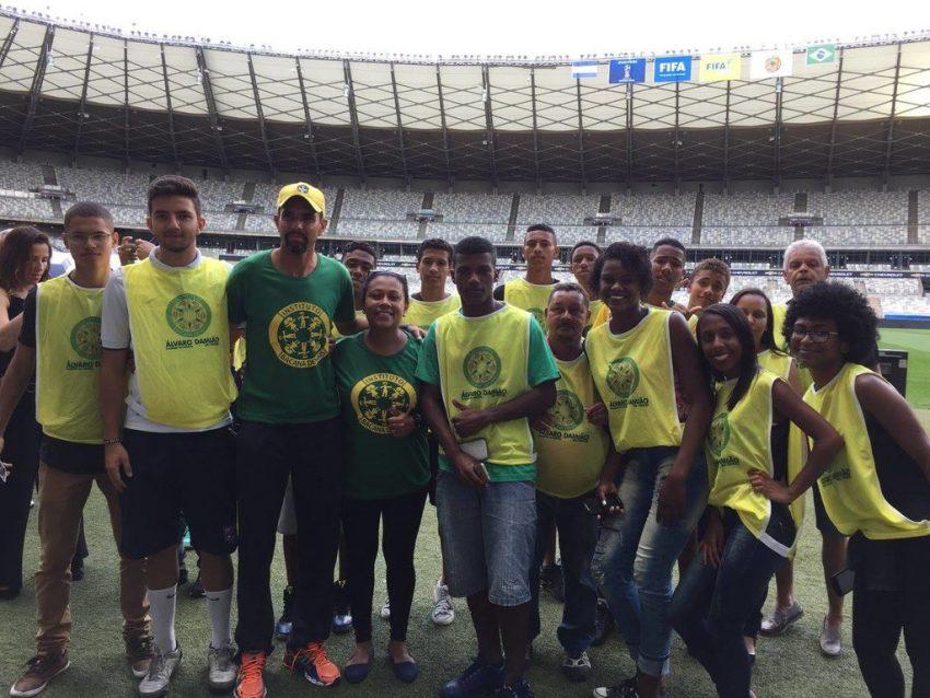 Alunos do projeto Ações Sociais Bacana Demais no Ensaio FIFA. Foto: Divulgação/Instituto Bacana Demais