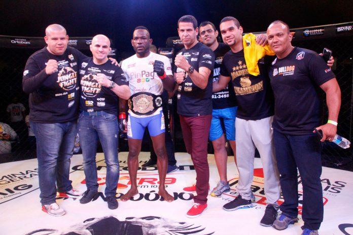 Erick Parrudo defendeu seu cinturão na luta principal da noite (Foto: Leonardo Fabri / divulgação)