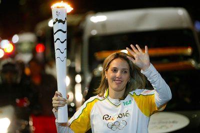 Danielle Zangrando transportando a tocha olímpica em Santos-SP, para a Rio 2016 (Foto: Rio 2016)