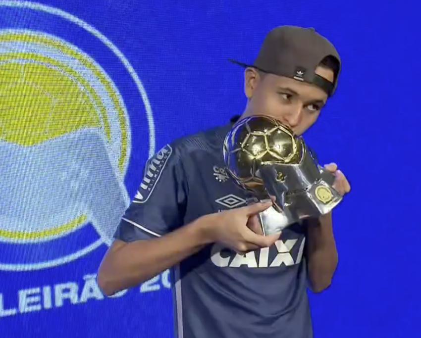 Henrykinho, de 16 anos, ficou com o troféu do e-Brasileirão. (Foto: divulgação Sportv)