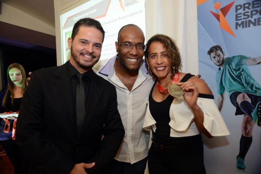 A medalhista paralímpica Terezinha Guilhermina foi homenageada no Prêmio do Esporte Mineiro pelo secretário Arnaldo Gontijo. Foto: Marco Evangelista/Casa Civil