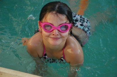 A natação é uma atividade comum entre as crianças. Foto: Reprodução/Pixabay