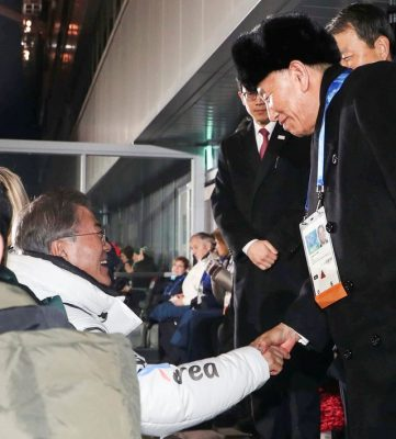 O presidente sul-coreano, Moon Jae-in, aperta a mão do líder da delegação norte-coreana, Kim Yong Chol, na cerimônia de encerramento dos Jogos Olímpicos de Pyeongchang (Foto: Yonhap via REUTERS )
