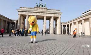 Canarinho mostra habilidade nos pontos turísticos de Berlim