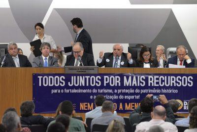 Deputados cobraram mais debates em torno do assunto antes que qualquer mudança seja feita (Foto: Daniel Protzner)