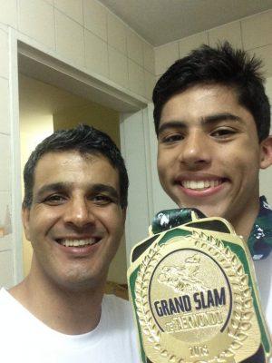 O atleta com o tio e treinador, Márcio Toledo, após a vitória no Grand Slam. (Foto: Poliana Tupinambá)