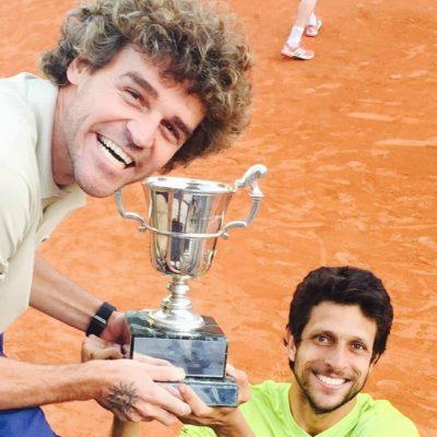 Marcelo Melo recebe Guga para comemorar o título do torneio de Roland Garros (Foto: globoesporte.com)