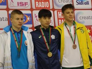 Victor Baganha (direita) com a medalha de bronze dos 100m borboleta. Crédito: Divulgação ISF